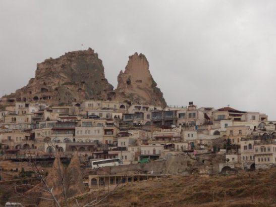 Uchisar on jännä kukkulalla osin kallion sisässä oleva kylä.