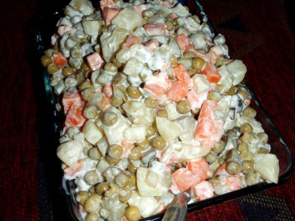 Venäläinen salaatti sisältää vegaanista majoneesia, purkkiherneitä, keitettyä perunaa ja porkkanaa sekä suolakurkkua.