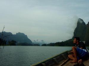 Veneellä Chiew Laan -järvellä.
