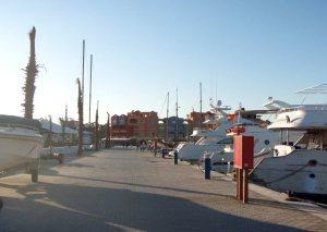 Venelaituri vartioidun rantabulevardin huomassa.