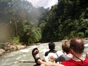 Bukit Lawangin joki oli perustubingjokea vuolaampi.