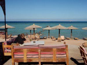 Löysimme yhden yleisen rannan pätkän Hurghadasta ja siellä oli onneksi kahvila.