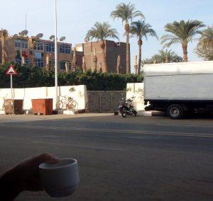 Luxorissa ehdittiin pikaiselle aamukahville.