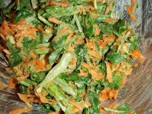 Kun haluaa syödä messevämmin, voi irtonaisemman salaatin sijaan tehdä salaatista kermaisenoloisen mössäämällä avokadon.