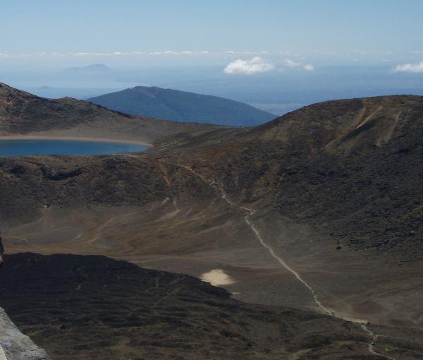 Kuvassa näkyy polku pieniltä smaragdijärviltä isolle siniselle järvelle.
