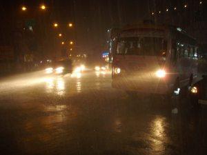 bussi sateella pimeällä