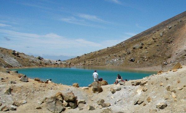 Yksi upean värisistä Emerald Lakeseista. Ylhäältä ne näki kaikki kerralla.