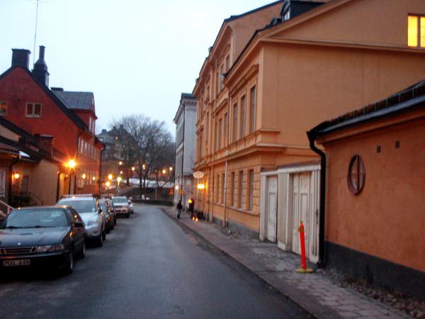 Fjällgatan, Hermans sijaitsee keltaisessa talossa oikealla.