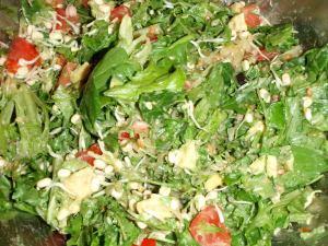 Tämä salaatti on maustettu avokadon ja mungpapujen lisäksi hapankaalilla.
