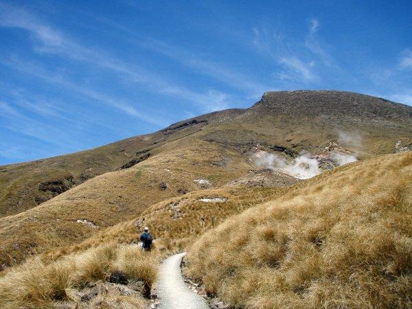 Loppumatkan lasku oli heinäistä maisemaa ja kuvassa näkyy vulkaanisia höyryjäkin.