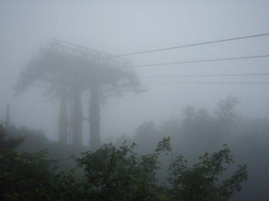 Gondolihissin pilari sumussa metsäkävelylläni silloin kun hissi ei ollut tuulen takia käytössä.