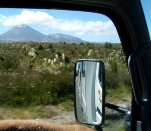 Ikkunassa Tongariro National Parkin vuoret.
