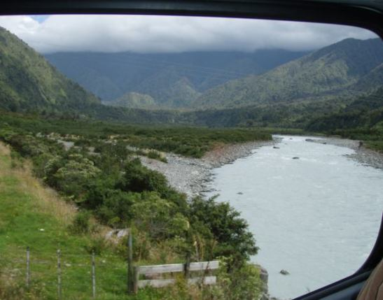 Eteläsaaren jokimaisemaa Hokitikan eteläpuolella.