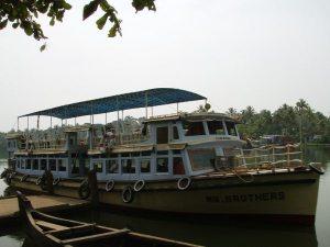 Tällä veneellä matkustimme Kollamista Alleppeyhin.