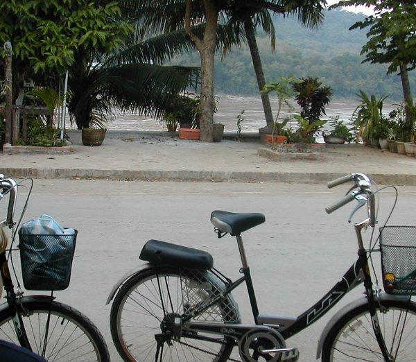 Laosin Luang Prabangin rauhaa olisi rikollista rikkoa mopon pärinällä. Kauniissa kaupungissa kuuluu pyöräillä.