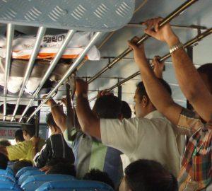 miehiä bussissa seisomassa