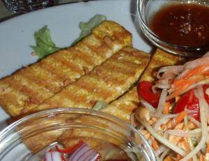 Rapeapintaista tofua ravintola Orchidin papaijasalaattiannoksessa.