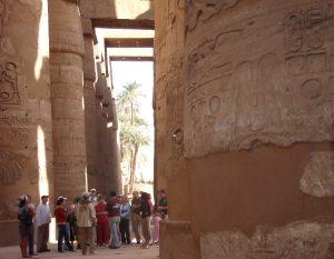 Pylväitä ja turisteja Karnakissa.