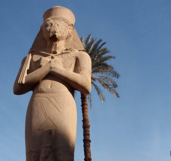 Iso pysti Karnakin temppelialueella.