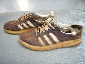 Kun turistit vain kuluttavat kenkiään kävellen, niin sekös moponvuokraajia harmittaa.