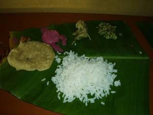 Keralalaista ruokaa banaanin lehdeltä tarjoiltuna matkan varren ruokapaikassa.