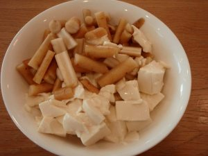 Pehmeää tofua ja bambua, tällä tavalla ei ole hyvä mainostaa tofua syötävän, mutta joskus itselleni maistuu se tällä tavalla mietonakin, tässä japanilaisen bambusäilykkeen kera aamiaiseksi Kiotossa.