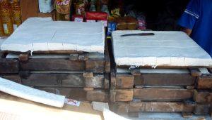 Tofua myytävänä torilla Sumatralla. Tofu on kehikkomuoteissa.