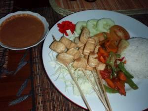 Satay tofu indonesialaisella alkuperäisellä tavalla, eli tikuissa paistettua tofua, jota dipataan pähkinäiseen satay-kastikkeeseen.