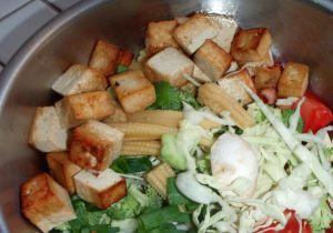 Tofut on paistettu suolan kera ja tässä ne odottavat tom kha -keittoon pääsemistä.