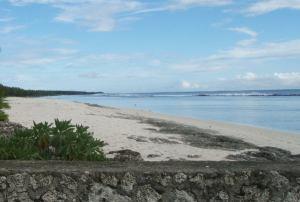 Hiljaista rantaa Tongan Tongatapun saarella.