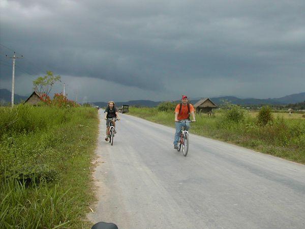 Pyöräilyä Pohjois-Laosissa peltojen keskellä.