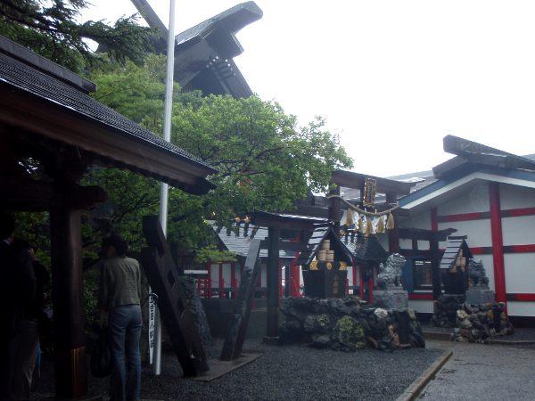 Fujin 5. asemalla oli pyhättöjä ja turistikrääsää.