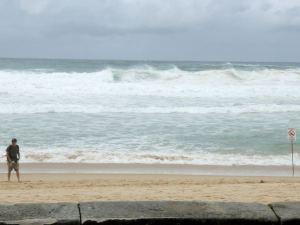 Manly Beach niemen toisella puolella oli tuona päivänä uimareilta suljettu kovien aaltojen takia. Ehkä Fairlightin rannan vesi oli siksi myös niin sameaa ja veteen pääsy niin vaikeaa.