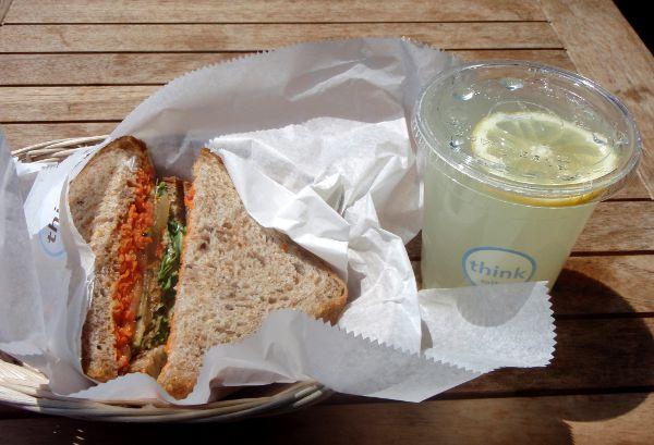 Vegaanin aamiaisleipä ja lemonade tavallisessa kahvilassa tavallisen hostellin vieressä New Yorkin East Villagessa, jossa on valtaisia vegaaniruoan tarjonta.
