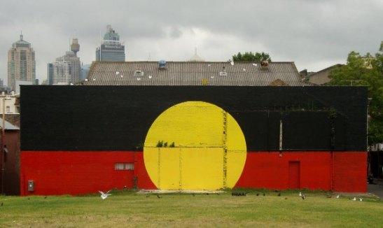 Australian aboriginaalien lippu heidän jonkinlaisessa kulttuurikeskuksessaan Sydneyssä.