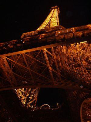 Eiffeltorni alhaalta.