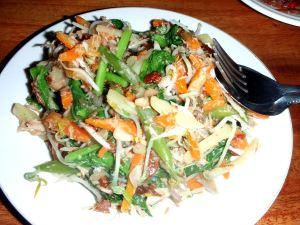 Kolmas versio indonesialaisesta gado-gadosta. Joskus maapähkinä sekoitetaan muiden ainesten sekaan.