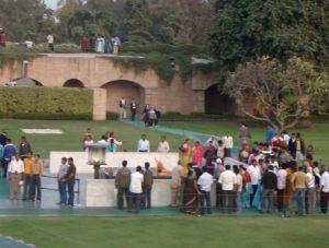 Ihmisiä Gandhin muistomerkillä Delhissä.