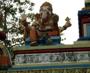 Ganesha temppelin portilla Keralan Kollamissa.