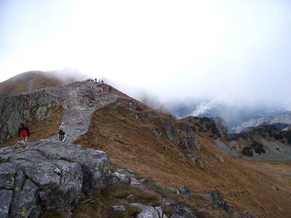 Leveää polkua Kasprowy Wierchin huipulla.