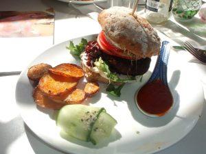 Burgeri stavangerilaisessa kasvisravintolassa Norjassa.