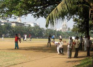 Intiassa pelataan krikettiä, brittien tartuttama tapa. Kuva Mumbaista.