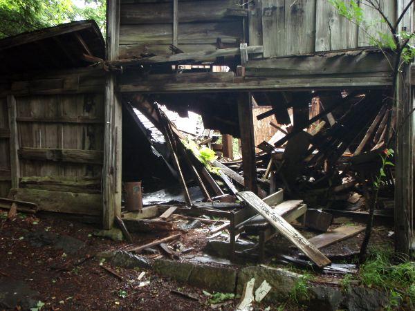 Lahonnut vanha rakennus, joita oli useampia.