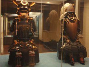 Hurjat samuraihaarniskat tokiolaisessa museossa.