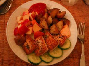 Tällä vegaanilautasella ei ole tarpeeksi vihanneksia. Rasvaa ja suolaa on varmaan liikaa, kun on paistettua tofua ja pottuja ja lisäksi sinappia, ketsuppia ja chilimajoneesia.