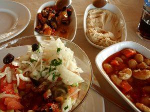 Odotan Tunisialta myös hyviä Välimeren alueen ruokia, kuten hummusta, papuja ja munakoisoruokia.