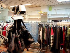 Jos aikoo myydä lähinnä vain isoja vaatteita (eikä vain narutoppeja), kannattaa varata rekkipaikka. Myynnissä myös takana näkyviä rekki + hylly -paikkoja 35 eurolla 6 myyntipäivää.