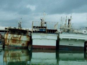Ruosteisia veneitä Nukualofassa.