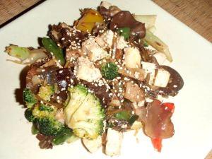 Vegaanin wokkiruoka. Tämä sisältää ehkä sen neljäsosan proteiiniruokaa tofun ja seesaminsiemenien muodossa, loput on vihanneksia. Ei tämä mitään riisiä tai perunaa kaipaa. Mausteena on aasialaista sienimaustekastiketta, joka ei ole terveellistä, mutta tekee ruoasta sairaan hyvää.