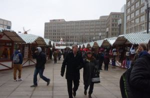 Myyntikojuja Alexanderplatzilla.